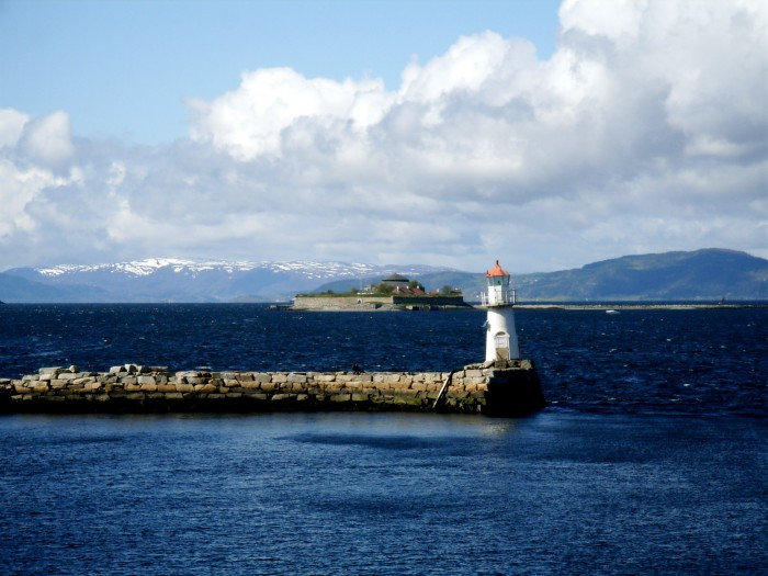 A lighthouse, with Munkholmen in the background (in Trondheimsfjord -- wiki: http://en.wikipedia.org/wiki/File:Munkholmen_og_et_fyr.jpg)